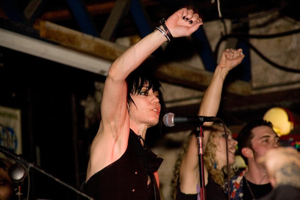 [url=https://flic.kr/p/GmwoH][img]https://c1.staticflickr.com/1/196/456664317_c975591893_b.jpg[/img][/url][url=https://flic.kr/p/GmwoH]joan jett still loves rock and roll[/url] by [url=https://www.flickr.com/photos/charliellewellin/]Charlie Llewellin[/url], en Flickr